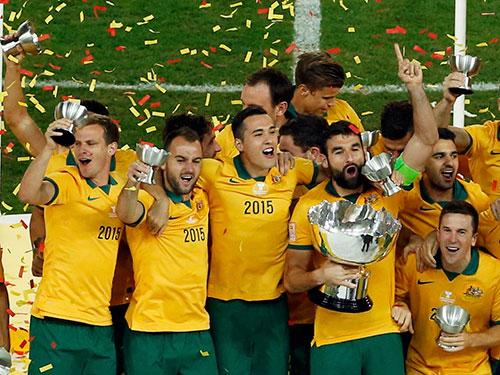 Đội trưởng Jedinak và các cầu thủ Úc nhận cúp vô địch   Ảnh: REUTERS