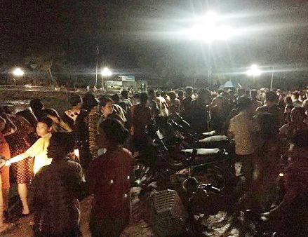 Rất đông người dân tập trung tại hiện trường vụ đuối nước khiến anh Sơn tử vong. Ảnh: N. Tuấn