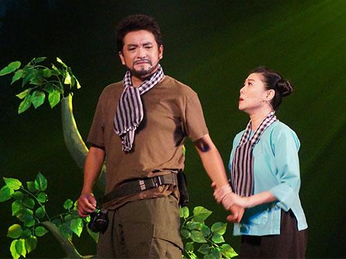 Vì chưa thể áp dụng hệ thống kỹ thuật và trang trí tại nhà hát mới nên vở Chiến binh đã được tổ chức biểu diễn phúc khảo tại rạp Thủ Đô ngày 12-4