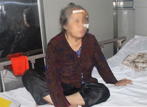 Một nạn nhân của vụ tai nạn đang cấp cứu tại bệnh viên - Ảnh: Đ. Phạm