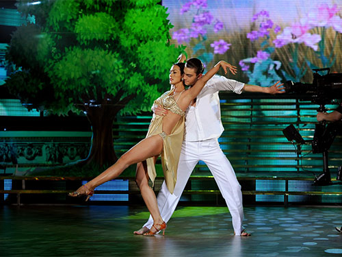 Hình ảnh mát mẻ trong chương trình Bước nhảy hoàn vũ trên sóng VTV3 chưa bao giờ được phép xuất hiện trên sóng truyền hình HTV. (Ảnh do chương trình cung cấp)
