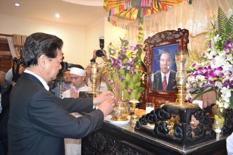 Thủ tướng Nguyễn Tấn Dũng thắp nhang tiễn biệt ông Nguyễn Bá Thanh