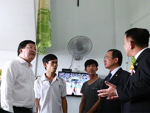 Bộ trưởng Bộ Xây dựng Trịnh Đình Dũng (trái) khảo sát một căn hộ rộng 30 m2