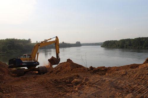 Xe xúc múc đất từ dưới sông Đồng Nai