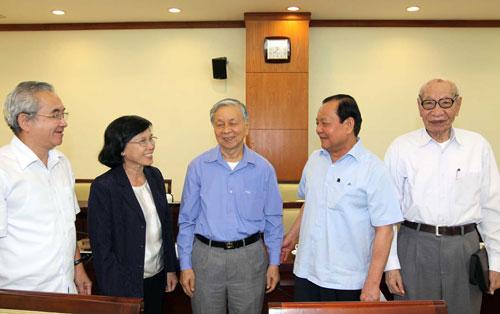 Ủy viên Bộ Chính trị, Bí thư Thành ủy TP HCM - ông Lê Thanh Hải (bìa phải) - thăm hỏi các cán bộ cao cấp đã nghỉ hưu tại TP HCM