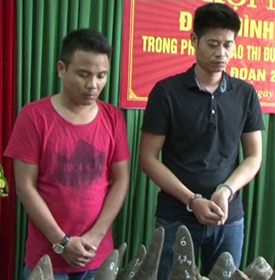 Lê Thanh Trung (bên trái) và Đoàn Duy Định tại cơ quan công an