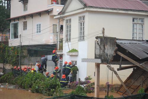 Lực lượng cứu hộ giải cứu những người dân bị mắc kẹt trong vùng lũ