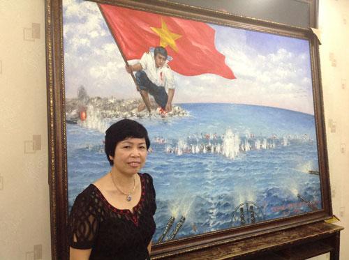 """Chị Nguyễn Thị Kim Dung bên bức tranh """"Gạc Ma - Vòng tròn bất tử"""". (Ảnh do ban tổ chức cung cấp)"""