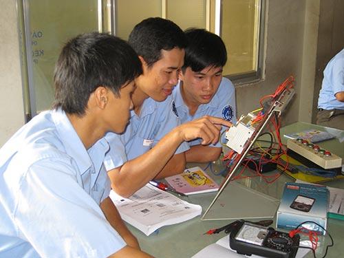 Các học viên học nghề tại Trường TCN Kỹ thuật công nghệ Hùng Vương TP HCM