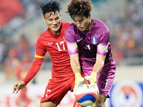 Mạc Hồng Quân (trái) trong pha uy hiếp khung thành U23 Hàn Quốc Ảnh: HẢI ANH