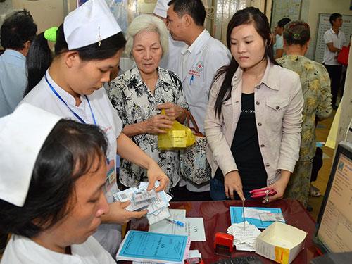 Có 47 bệnh, nhóm bệnh được sử dụng giấy chuyển tuyến một lần trong năm dương lịch. Trong ảnh: Khám bệnh BHYT ở Bệnh viện Đa khoa Sài Gòn (TP HCM) Ảnh: TẤN THẠNH
