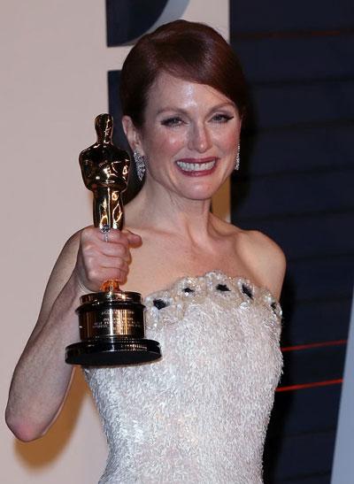 Julianne Moore rạng ngời hạnh phúc khi cầm tượng vàng Oscar trên tay Ảnh: Reuters
