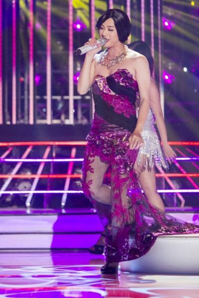Thanh Duy phiên bản ca sĩ Lệ Quyên trong chương trình Gương mặt thân quen 2015. (Ảnh do chương trình cung cấp)
