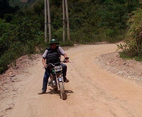 Đường từ quốc lộ 7 vào trung tâm xã Tam Hợp chủ yếu là đường đồi dốc quanh co.