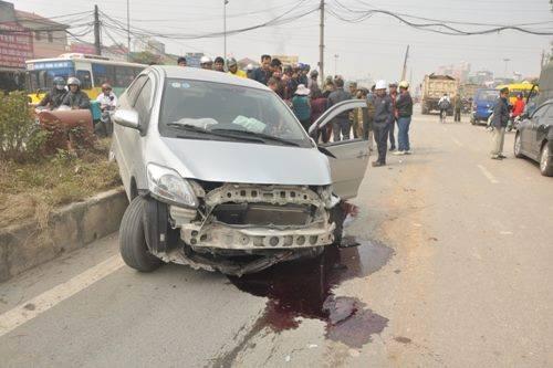 Hiện trường vụ tai nạn, chiếc xe Toyata Vios bị nát đầu, dầu xe chảy lênh láng