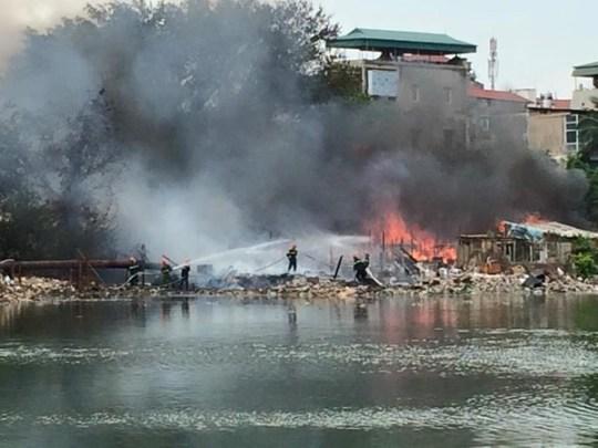 Hiện trường vụ cháy khu nhà tạm ven hồ Linh Quang