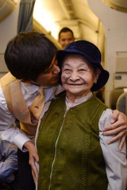 Vietnam Airlines chúc mừng bà mẹ Việt Nam Anh hùng trên chuyến bay VN257