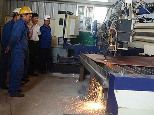 Công nhân tiến hành cắt thép để đóng mới tàu vỏ thép sáng 31-3
