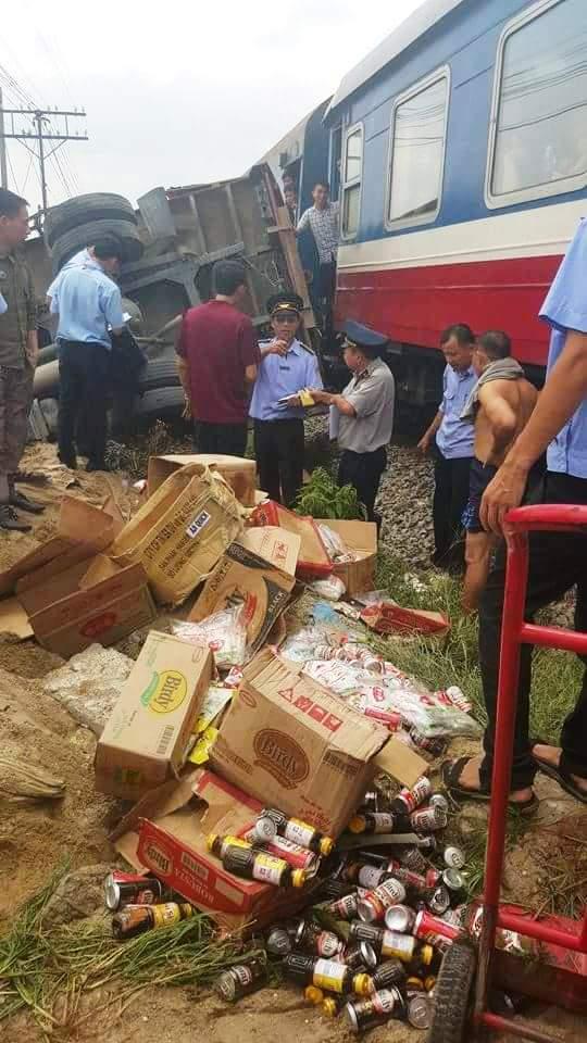 Hàng hóa trong xe rơi vãi tung toé sau vụ tai nạn