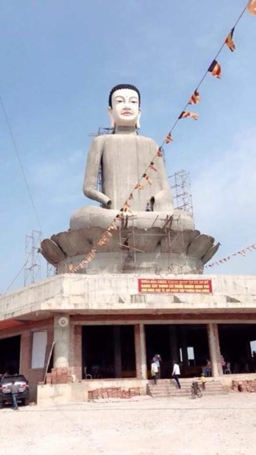 Bức tượng phật đang trong quá trình xây dựng
