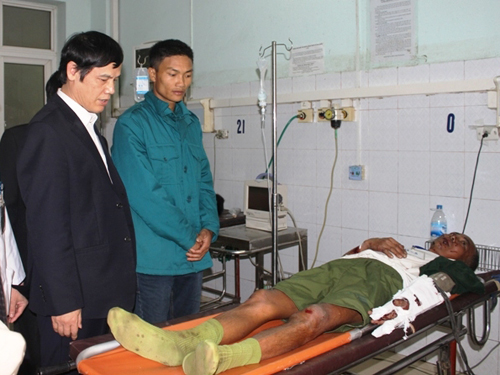 Chủ tịch UBND tỉnh Thanh Hóa Nguyễn Đình Xứng tới bệnh viên thăm hỏi, hỗ trợ những người bị thương