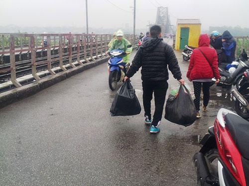 Tình nguyện viên thu gom túi ni-lông để giao cho đội vệ sinh môi trường xử lý. Việc làm ý nghĩa này rất được người dân ở thủ đô ủng hộ