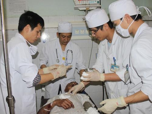 Các y, bác sĩ Bệnh viện đang khoa Thanh Hóa đang tích cực cứu chữa các nạn nhân
