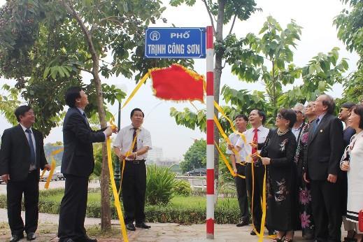 Sau đó, lãnh đạo chính quyền, đại diện gia đình nhạc sỹ Trịnh Công Sơn cùng đông đảo người dân đến làm lễ gắn biển phố mang tên Trịnh Công Sơn.