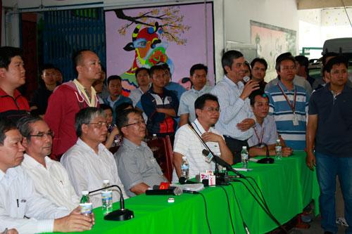 Ông Nguyễn Văn Khải, Phó Chủ tịch Thường trực LĐLĐ TP HCM, tuyên truyền về chính sách BHXH cho công nhân Ảnh: Trực NgÔn