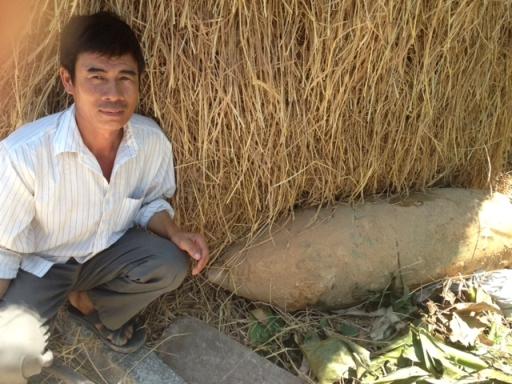 Quả bom dài hơn 1,2 m được người dân phát hiện và đào lên