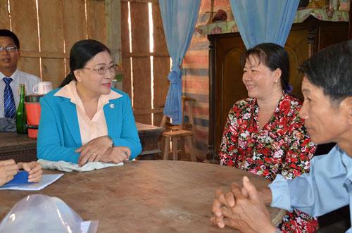 Bà Nguyễn Thị Bích Thủy, Phó Chủ tịch LĐLĐ TP HCM (bìa trái), thăm hỏi thành viên CEP tại Chi nhánh Châu Thành