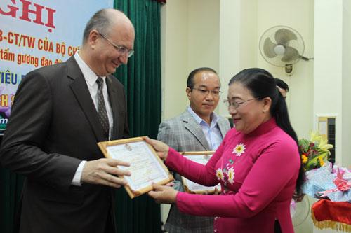 Bà Nguyễn Thị Bích Thủy, Phó Chủ tịch LĐLĐ TP HCM, tặng hoa và biểu trưng cho các doanh nghiệp chăm lo tốt người lao động tại quận 5