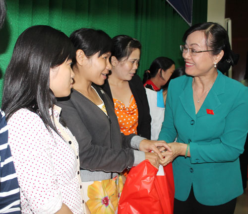 Bà Nguyễn Thị Quyết Tâm - Phó Bí thư Thành ủy, Chủ tịch HĐND TP HCM - tặng quà cho CN các KCX-KCN