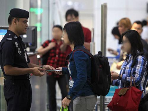Nữ du khách tại sân bay quốc tế Kuala Lumpur - Ảnh minh họa