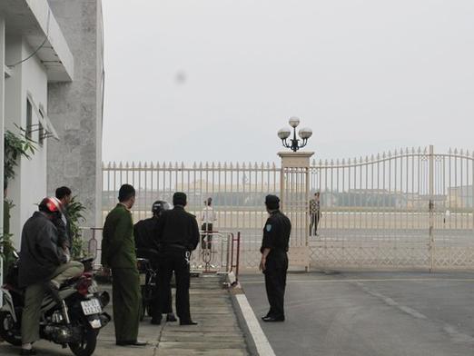 An ninh được tăng cường trước cổng ra vào sân bay quốc tế Đà Nẵng trong sáng 2-1 - Ảnh: Hoàng Dũng