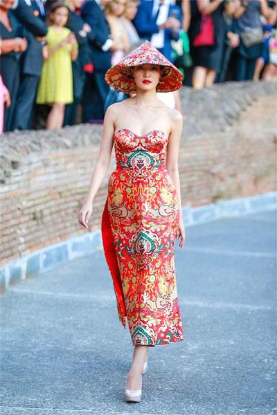 Thùy Dung mặc áo dài do Thủy Nguyễn thiết kế tại sô thời trang xuân - hè ở Mercati Di Traiano, TP Rome - Ý bị cho là dễ nhầm với trang phục của Trung Quốc Ảnh: Tư Liệu