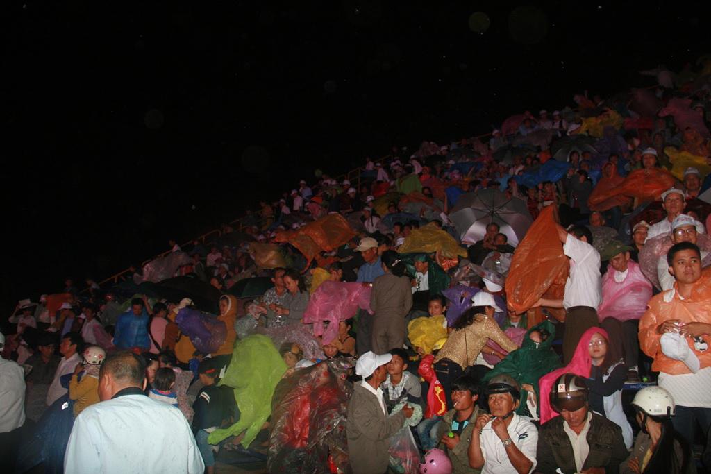 Người dân phải mang áo mưa để theo dõi chương trình
