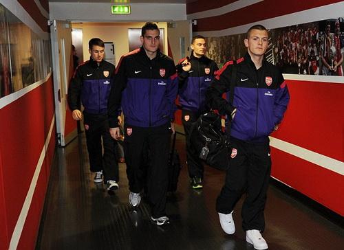 Các cầu thủ Arsenal trên đường vào phòng thay đồ sân Emirates