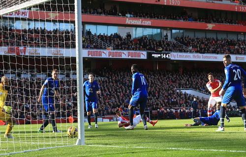 Giroud mở tỉ số trước sự ngỡ ngàng của hàng thủ Everton