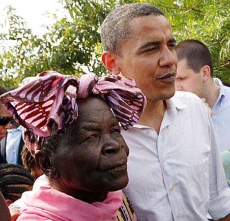 Tổng thống Obama cùng bà nội Sarah Omar. Ảnh: Daily Mail
