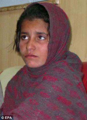 Bé gái 10 tuổi bị Taliban ép đánh bom tự sát bị cảnh sát Afghanistan bắt giữ trước đó. Ảnh: EPA