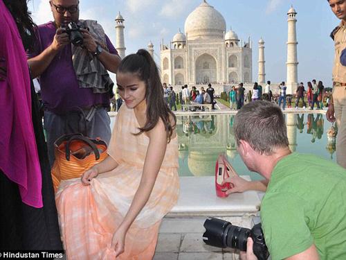 Olivia Culpo tại đền Taj Mahal