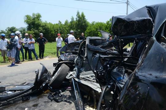 Xe ô tô con bị bẹp dúm sau vụ tai nạn đặc biệt nghiêm trọng tại Đà Nẵng ngày 29-4 khiến 6 người chết và 1 người bị thương - Ảnh: B. Vân