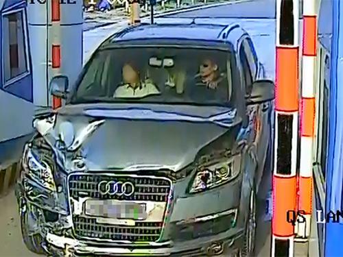 Hình ảnh chiếc xe Audi Q7 do Trần Văn Giáp điều khiển bị trạm thu phi đường cao tốc Nội Bài-Lào Cai ghi được sau vụ tai nạn