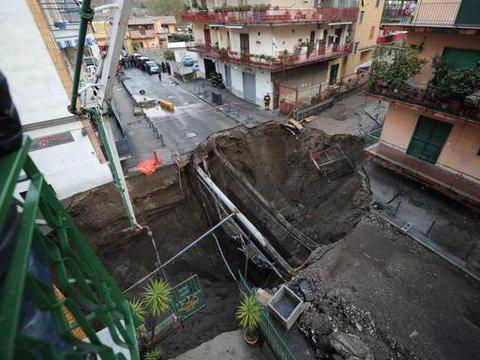 Hố tử thần sâu 20m trên một con đường ở vùng ngoại ô TP Napoli, nước Ý. Ảnh: RT