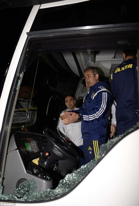 Vết kính xe buýt vỡ rất to sau bị bị tấn công