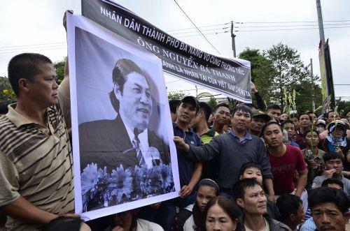 Đông đảo người dân thể hiện lòng tôn kính ông Nguyễn bá thanh