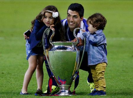 Suarez tặng chiếc cúp Champions League đầu tiên cùng Barca cho 2 con xinh xắn