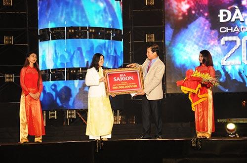 Đại diện Bia Sài Gòn trao 300 triệu đồng ủng hộ Quỹ Người nghèo TP Đà Nẵng