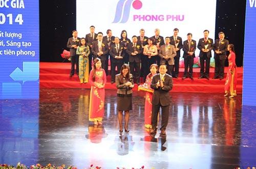 Bà Lê Thị Ánh Ngọc, Giám đốc điều hành Tổng Công ty CP Phong Phú, nhận biểu trưng từ Phó Thủ tướng Hoàng Trung Hải tại lễ vinh danh